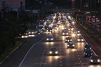 SAO PAULO, SP, 05/06/2012, TRANSITO.<br /> <br /> O transito est&aacute; complicado no Complexo Viario Maria Maluf no sentido da Z. Sul, na madrugada de hoje(05).<br /> Uma carreta superdimensionada quebrou  proximo ao t&uacute;nel o que complicou o transito pela manh&atilde; dessa Ter&ccedil;a-feira, na foto o final da Rodovia dos Imigrantes tamb&eacute;m afetada pelo transito.<br /> <br /> Luiz Guarnieri/ Brazil Photo Press