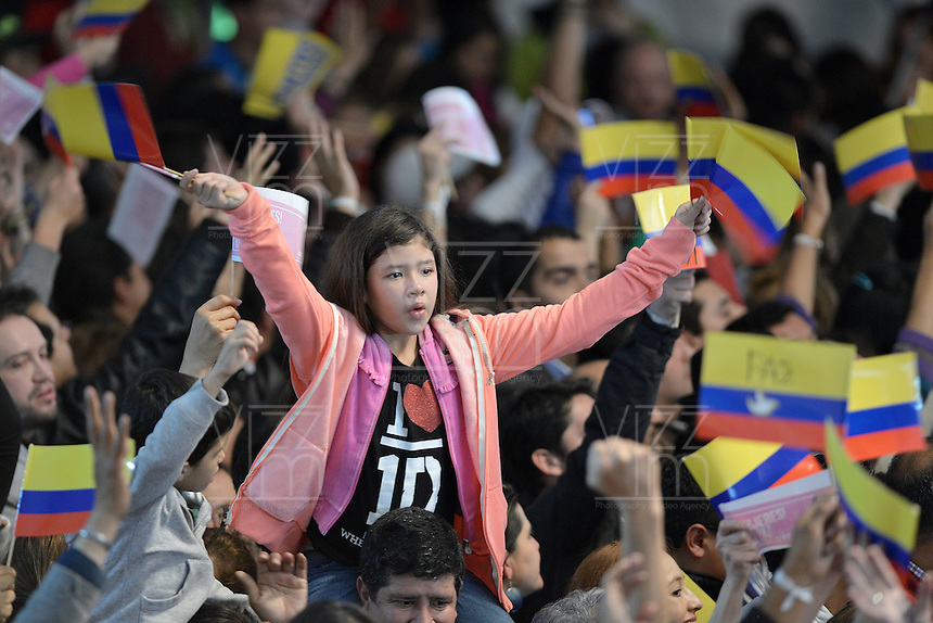 BOGOTÁ -COLOMBIA. 15-06-2014. Seguidores de Juan Manuel Santos del partido de La Unidad Nacional levantan las manos celebran la victoria sobre Oscar Ivan Zuluaga del Centro democrático en la segunda vuelta de la elección de Presidente y vicepresidente de Colombia que se cumplió hoy 15 de junio de 2014 en todo el país./ Followers of Juan Manuel Santos of the National Unity Party raised the hands to celebrate the victory on Oscar Ivan Zuluaga democratic Center The second round of the election of President and vice President of Colombia that took place today June 15, 2014 across the country. Photo: VizzorImage/ Gabriel Aponte / Staff