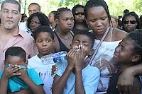 RIO DE JANEIRO, RJ, 17.03.2014 - Sepultamento de Cláudia Silva Ferreira, de 38 anos, no Cemitério de Iraja, em Irajá, na zona norte do Rio de Janeiro. Moradora do morro da Congonha, em Madureira, na zona norte, Cláudia foi atingida por dois tiros durante uma operação policial na comunidade, e arrastada pelo carro da polícia militar ao ser colocada na mala da viatura durante o socorro. (Foto: Celso Barbosa / Brazil Photo Press).