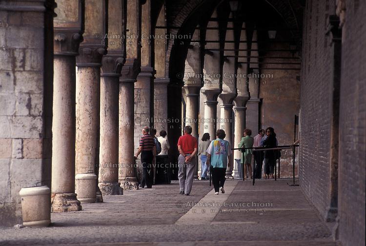 Mantova, gente sotto i portici di Palazzo Ducale.<br /> Mantua, People under the arcades of the Palazzo Ducale.