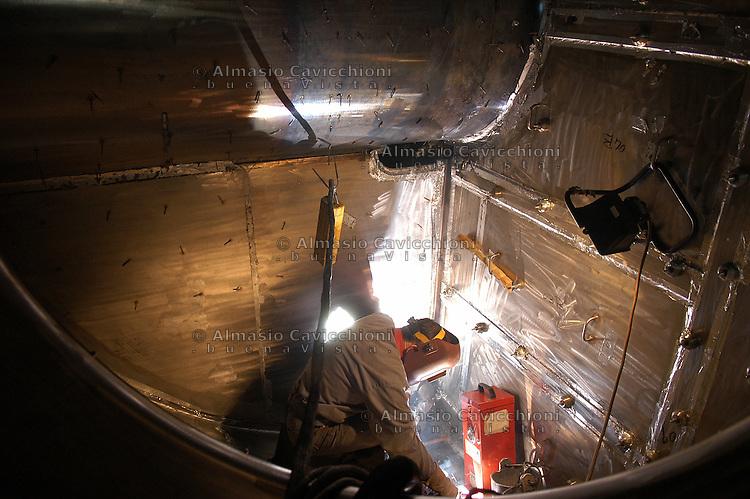 18 NOV 2004 Milano: industria metalmeccanica Ansaldo Camozzi. Costruzione di un generatore di vapore per centrale nucleare nel Nevada USA.NOV 18 2004 Milan: engineering industry Ansaldo Camozzi. Manufacture of a steam generator for a nuclear power plant in Nevada USA.