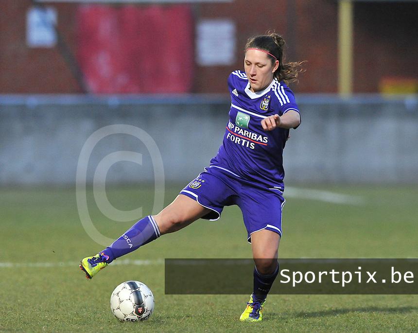 Waasland Beveren Sinaai Girls - RSC Anderlecht : Laurence Marchal aan de bal .foto DAVID CATRY / Nikonpro.be