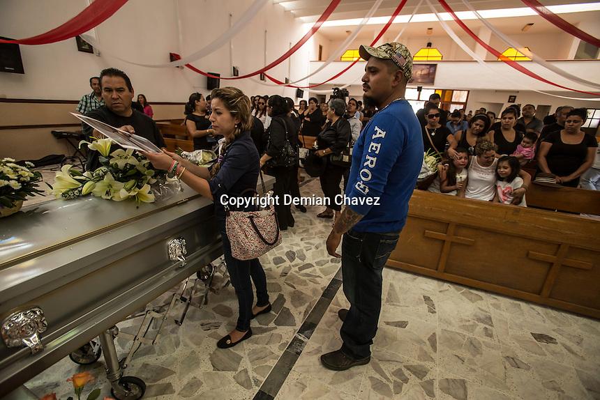 Quer&eacute;taro, Qro. 19 de mayo de 2015.- Este medio d&iacute;a se llev&oacute; acabo la misa de cuerpo presente de Rogelio Castillo, quien fuera &quot;levantado&quot; por sujetos desconocidos que viajaban en una camioneta. De acuerdo co familiares y la vocera de Desaparecidos Justicia AC; en noviembre 14 de 2014 fue descubierto el cuerpo de Castillo en San Miguel de Allende; sin embargo permaneci&oacute; en calidad de desconocido hasta hace unos d&iacute;as. De acuerdo al hermano de Rogeli; la PGJ no ha hecho bien su trabajo en el tema de los desaparecidos en la entidad.    <br />  <br /> <br /> Foto: Demian Ch&aacute;vez.
