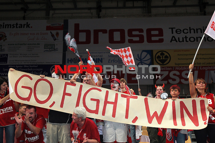 31.05.2011, Stechert Arena, Bamberg, GER, BBL, 5. Playoff Halbfinale Brose Baskets Bamberg vs Artland Dragons, im Bild:<br /> Brose Baskets Bamberg Fans mit Spruchband &quot;Go, Fight, Win!&quot;<br /> Foto &copy; nph / Will
