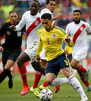 TEMUCO - CHILE – 21-04-2015: Radamel Falcao Garcia (Izq.) jugador de Colombia, disputa el balón con Luis Advincula (Der.) jugador de Peru, durante partido Colombia y Peru, por la fase de grupos, Grupo C, de la Copa America Chile 2015, en el estadio German Becker en la Ciudad de Temuco  / Radamel Falcao Garcia (L) player of Colombia, vies for the ball with Luis Advincula (R) player of Peru, during a match between Colombia and Peru, for the group phase, Group C, of the Copa America Chile 2015, in the German Becker stadium in Temuco city. Photos: VizzorImage /  Photosport / Dragomir Yankovic    / Cont.