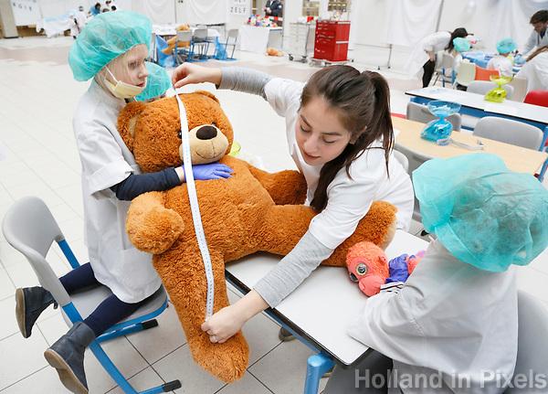 Nederland Amsterdam 2017 . Teddy Bear Hospital in het AMC ziekenhuis. ( Foto mag niet in negatieve context gebruikt worden ).  Teddy Bear Hospital (TBH) is één van de grootste projecten van IFMSA-NL. Het TBH is een rollenspel. Dat houdt in dat kleuters van vier t/m zes jaar hun beer of een andere knuffel meenemen naar een nagebootst ziekenhuis. Geneeskundestudenten spelen voor arts en behandelen de knuffels. Het doel van Teddy Bear Hospital is om kinderen op een speelse manier kennis te laten maken met de gezondheidszorg, om zo de angst voor dokters en het ziek-zijn enigszins weg te nemen. Bovendien leert het medische studenten om te gaan met kinderen en trainen ze hun communicatieve vaardigheden . De knuffel wordt opgemeten.   Foto Berlinda van Dam / Hollandse Hoogte