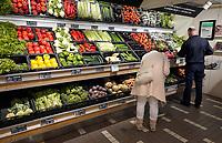 Nederland - Rotterdam -  2019.  De Groene Passage. Supermarkt Gimsel voor natuurlijke voeding en cosmetica. Biologische groenten.  Foto mag niet in negatieve context gepubliceerd worden.   Foto Berlinda van Dam / Hollandse Hoogte