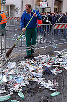 Operatori dell' AMA mentre spazzano la strada e la piazza..Operators of AMA while sweep the street and the square. ..