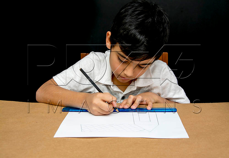 Menino desenhando com régua, São Paulo - SP, 08/2016.