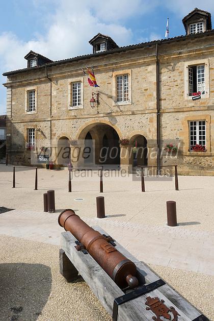 France, Aquitaine, Pyrénées-Atlantiques, Béarn, Navarrenx: Place  des Casernes et Porte Saint-Antoine  //  France, Pyrenees Atlantiques, Bearn, Navarrenx:  Place  des Casernes  and Saint Antoine Gate