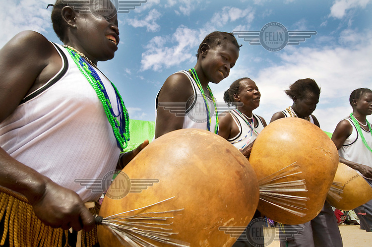A music group play calabashes.