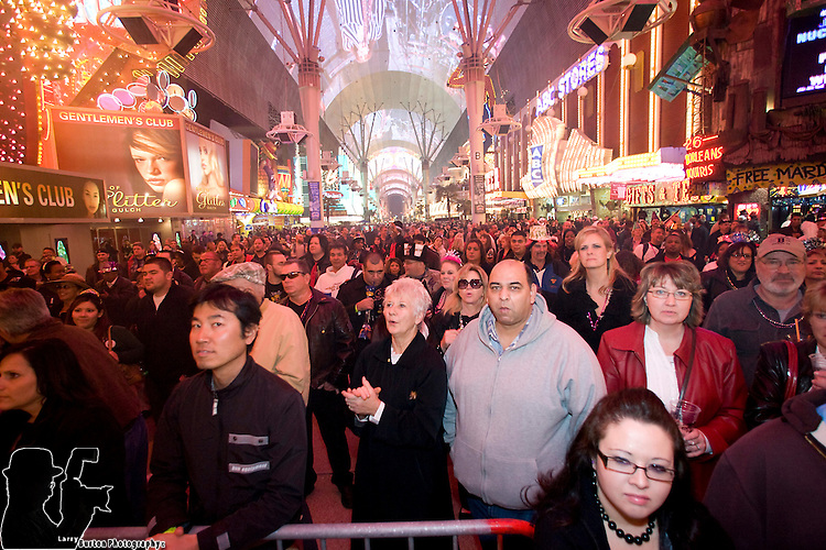 "Fremont Street Experience record crowds for New Years Eve 2008 Party  with estimated 30,000 partier to bring in 2009. The Fremont Street Experience smashing New Year's Eve celebration with TributePalooza and the world premiere of the newest Viva Vision extravaganza, ""KISS Rocks Vegas.""  Featuring the world?s best tribute bands performing 14 combined hours of live concerts on two stages, the street will be rocking with classic favorites from Aerosmith, Billy Joel, David Bowie, Eagles, KISS, Queen, the Rolling Stones and U2."
