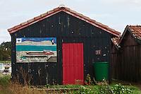 Europe/France/Aquitaine/33/Gironde/Bassin d'Arcachon/La Teste de Buch: Port ostréicole -détail cabanon d'un ostréiculteur -Peinture représentant un chaland ostréicole dans les parcs à huîtres devant la Dune du Pyla