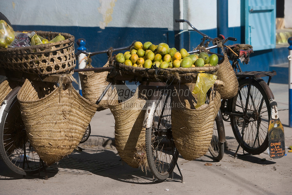 Afrique/Afrique de l'Est/Tanzanie/Dar es-Salaam: étal d'un marchand ambulant