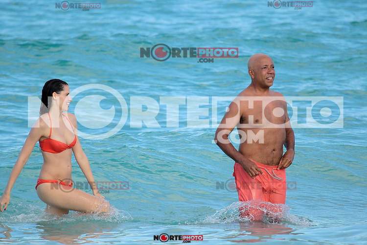 PAP1212PA360.RUSSELL SIMMONS AND GIRLFRIEND Hana Nitsche HAVING IN ST BARTSPAP1212PA360.RUSSELL SIMMONS AND GIRLFRIEND Hana Nitsche HAVING IN ST BARTS WITH EX-WIFE KIMORA LEE AND KIDS