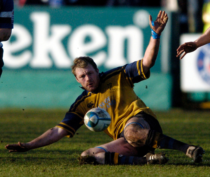 Photo: Richard Lane..Bath Rugby v Leinster. Heineken Cup. 08/01/2005..Eric Miller drops on the ball.