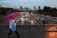 SAO PAULO, SP, 17 DE SETEMBRO DE 2013 – TRÂNSITO EM SÃO PAULO: Trânsito na Av. 23 de Maio, próximo ao Parque do Ibirapuera, zona sul de São Paulo na tarde desta terça feira. FOTO: LEVI BIANCO - BRAZIL PHOTO PRESS.