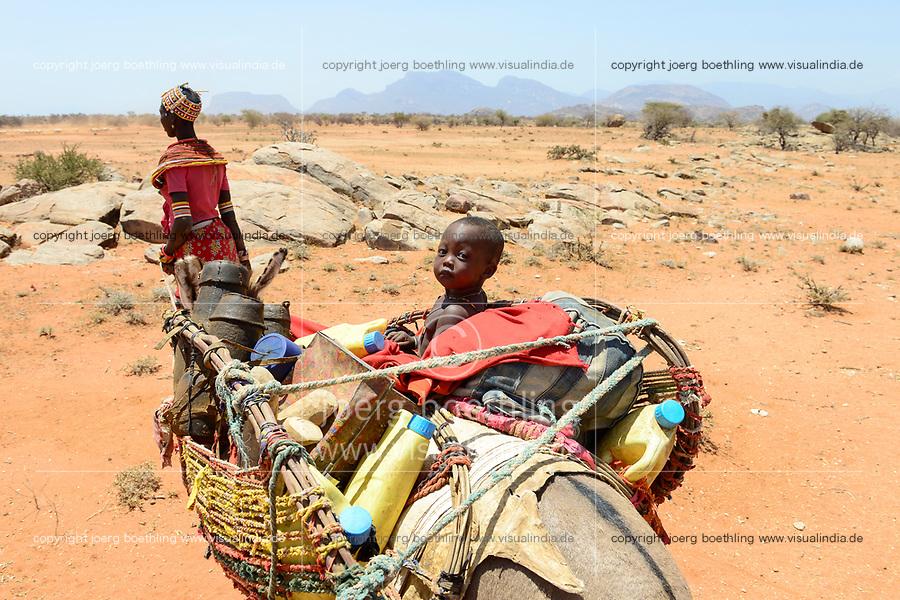 KENYA Marsabit, Samburu pastoral tribe, woman with children on donkey wander with their cattle in search for water and pasture / KENIA, Marsabit, Samburu Familie mit Eseln und Ziegenherde auf Wanderschaft, Suche nach Wasser und Weideland fuer ihre Tiere