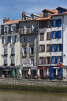 France, Aquitaine, Pyrénées-Atlantiques, Pays Basque, Bayonne:   Bords de la Nive , Maisons du Quai Augustin Chaho  // France, Pyrenees Atlantiques, Basque Country, Bayonne:  Banks of the Nive, the Augustin Chaho quai,  Houses