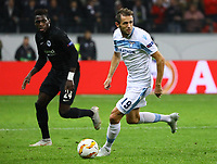 Senad Lulic (Lazio Rom) gegen Danny da Costa (Eintracht Frankfurt) - 04.10.2018: Eintracht Frankfurt vs. Lazio Rom, UEFA Europa League 2. Spieltag, Commerzbank Arena, DISCLAIMER: DFL regulations prohibit any use of photographs as image sequences and/or quasi-video.