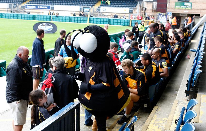 Photo: Richard Lane/Richard Lane Photography. London Wasps v London Irish. Pre Season Friendly. 24/08/2013. Players greet the supporters and sign autographs.