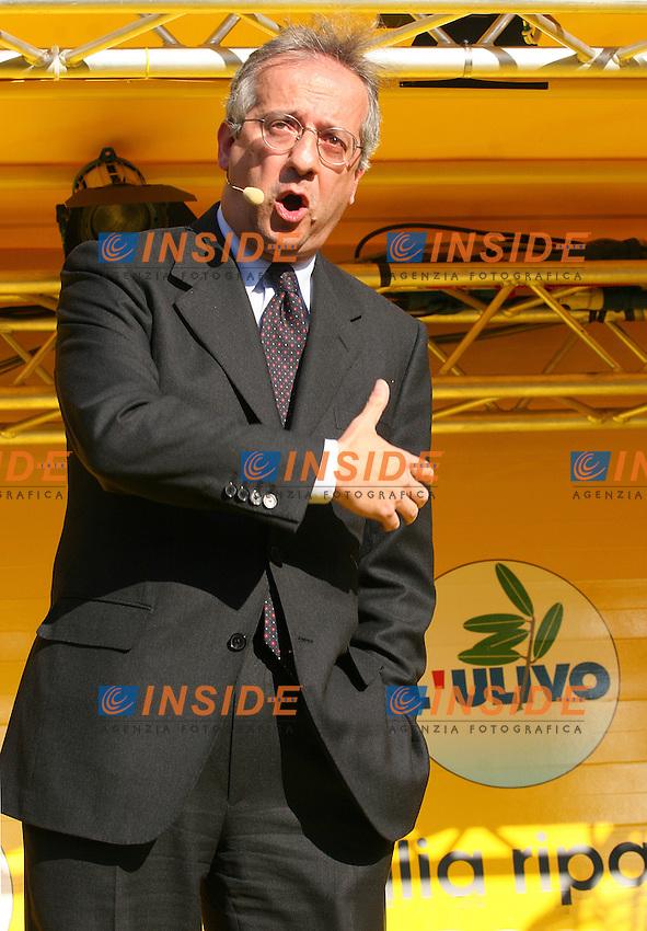 Roma, 07/04/06 Chiusura della campagna elettorale dell'Ulivo a Piazza del Popolo. Nella foto il sindaco di Roma Walter Veltroni.<br /> Photo Samantha Zucchi Insidefoto
