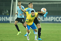 PEREIRA - COLOMBIA, 22-01-2020: Paulinho Paulo Sampaio de Brasil disputa el balón con Jose Luis Rodriguez de Uruguay durante partido entre Brasil y Uruguay por la fecha 2, grupo B, del CONMEBOL Preolímpico Colombia 2020 jugado en el estadio Hernan Ramirez Villegas en Pereira, Colombia. / Paulinho Paulo Sampaio of Brazil fights the ball with Jose Luis Rodriguez of Uruguay during the match between Brazil and Uruguay for the date 2, group B, for the CONMEBOL Pre-Olympic Tournament Colombia 2020 played at Hernan Ramirez Villegas stadium in Pereira, Colombia. Photo: VizzorImage / Julian Medina / Cont