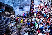 SAO PAULO, SP, 23.01.2014 - DESABAMENTO / IMOVEL / CID. ADEMAR - Um imóvel desabou parcialmente na noite desta quinta-feira (23) na Rua Jorge Rubens Neiva de Camargo, em Americanópolis, na Zona Sul de São Paulo, de acordo com o Corpo de Bombeiros. Pelo menos cinco pessoas ficaram feridas encaminhadas ao Pronto Socorro Jabaquara. (Foto: Adriano Lima / Brazil Photo Press).