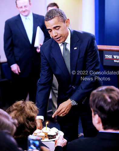Washington, DC - August 4, 2009 -- United States President Barack Obama makes a surprise appearance during the Daily Briefing to bring cup cakes honoring Correspondant Helen Thomas, the dean of the White House Press Corps, on the occasion of her 89th birthday at the White House, Tuesday, August 4, 2009 in Washington, DC..Credit: Olivier Douliery - Pool via CNP