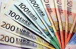 Verzameling europese bankbiljetten van 50 vijftig euro, 100 honderd, en 200 tweehonderd euro. COPYRIGHT TON BORSBOOM