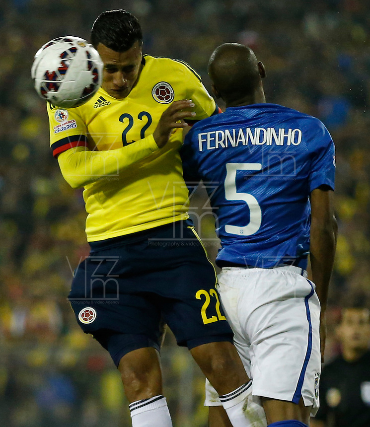SANTIAGO DE CHILE- CHILE - 17-04-2015: Jeison Murillo (Der.) jugador de Colombia, disputa el balón con Fernandinho (Izq.) jugador de Brasil durante partido Colombia y Brasil, por la fase de grupos, Grupo C, de la Copa America Chile 2015, en el estadio Monumental en la Ciudad de Santiago de Chile. / Jeison Murillo (R) player of Colombia, vies for the ball with Fernandinho (L) player of Brasil, during a match between Colombia and Brasil for the group phase, Group C, of the Copa America Chile 2015, in the Monumental stadium in Santiago de Chile city. Photos: VizzorImage /  Photosport / Andres Piña / Cont.