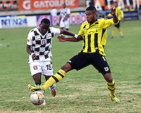 TUNJA -COLOMBIA, 8-FEBRERO-2015. Jfferson Hurtado  de Chico F.C. disputa el balon contra David Valencia   de Alianza Petrolera   durante la segunda fecha de La Liga Aguila jugado en el estadio La Independencia de la ciudad de Tunja   . / Jfferson Hurtado   of Chico FC dispute for the ball against  David Valencia of Alianza Petrolera during the second  round of La Liga Aguila played at La Independencia  stadium in Tunja City . Photo / VizzorImage / Felipe Caicedo  / Staff