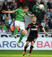 FUSSBALL   1. BUNDESLIGA   SAISON 2011/2012   27. SPIELTAG SV Werder Bremen - FC Augsburg                        24.03.2012 Aleksandar Ignjovski (li, SV Werder Bremen) gegen Stephan Hain (re, Augsburg)