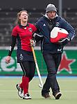 AMSTERLVEEN - Elsie Nix van Laren raakt geblesseerd ,  zondag tijdens de competitiewedstrijd tussen de vrouwen van Amsterdam en Laren. (2-1). rechts assisten trainer Bart van Galen.  FOTO KOEN SUYK