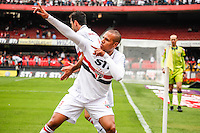 ATENCAO EDITOR IMAGEM EMBARGADA PARA VEICULOS INTERNACIONAIS -  SAO PAULO, SP, 14 OUTUBRO 2012 - CAMP. BRASILEIRO - SAO PAULO X FIGUEIRENSE - Luis Fabiano jogador do Sao Paulo comemora gol durante lance de partida contra o Figueirense pela 30 rodada do Campeonato Brasileiro, no Estadio Cicero Pompeu de Toledo o Morumbi neste domingo, 14. (FOTO:   WILLIAM VOLCOV / BRAZIL PHOTO PRESS).