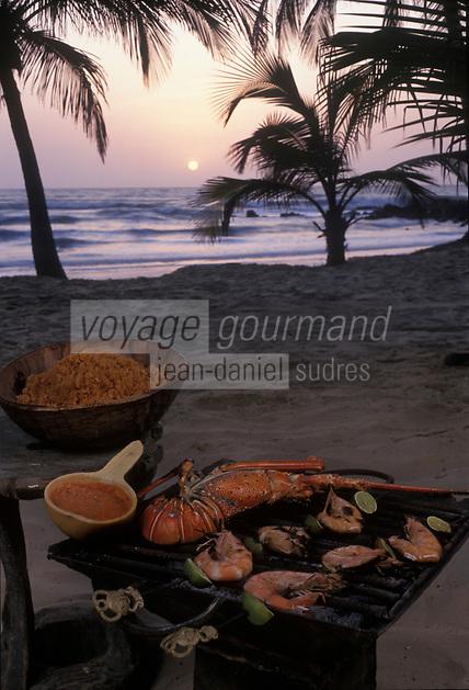 Afrique/Afrique de l'Ouest/Sénégal/Basse-Casamance : Langoustes et crevettes grillées sur la plage