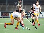 AMSTELVEEN - Hockey - Hoofdklasse competitie dames. AMSTERDAM-DEN BOSCH (3-1) Ireen van den Assem (Den Bosch)  met Marijn Veen (A'dam) . COPYRIGHT KOEN SUYK