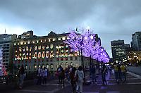 ATENCAO EDITOR: FOTO EMBARGADA PARA VEICULOS INTERNACIONAIS. SAO PAULO, SP, 14 DE DEZEMBRO DE 2012 - Decoracao de Natal do viaduto do Cha e Shopping Light, regiao central da capital, e vista no inicio da noite  noite desta sexta feira, 14.. FOTO: ALEXANDRE MOREIRA - BRAZIL PHOTO PRESS.