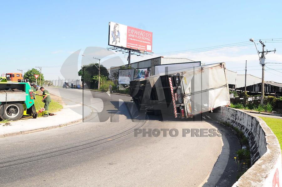 SAO BERNARDO DO CAMPO, SP, 05 Janeiro 2012. Um caminhao tombou na Alca de acesso do KM 14 da Via Anchieta  (FOTO: ADRIANO LIMA - NEWS FREE)