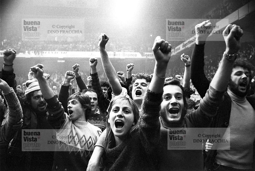 """- New Year's Day party organized by the free broadcasting station """"Popular Radio"""" (Milan, 1976)....- festa di capodanno organizzata dalla emittente libera """"Radio Popolare"""" (Milano, 1976)"""