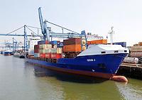 Haven van Rotterdam.  Containers op de kade en op de schepen