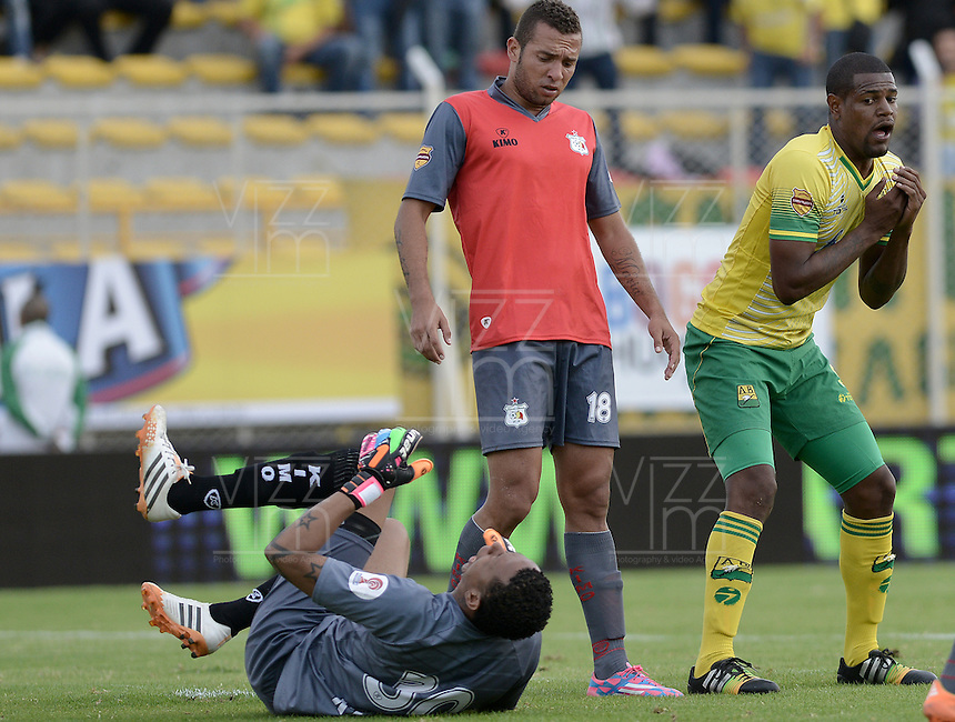 BOGOTÁ -COLOMBIA, 14-01-2015. Jose Moreno (Der) jugador del Atlético Bucaramanga reacciona tras fallar un gol durante el encuentro con Deportes Quindio por la fecha 1 de los cuadrangulares de ascenso Liga Águila 2015 jugado en el estadio Metropolitano de Techo de la ciudad de Bogotá./ Jose Moreno (R) player of Atletico Bucaramanga laments fail a goal during the match against Deportes Quindio for the first date of the promotion quadrangular of the Aguila League 2015 played  at Metropolitanos de Techo stadium in Bogota city. Photo: VizzorImage/ Gabriel Aponte / Staff