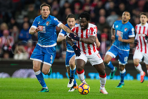 19.11.2016. Bet365 Stadium, Stoke, England. Premier League Football. Stoke City versus AFC Bournemouth. Stoke City forward Wilfried Bony and Bournemouth midfielder Dan Gosling chase down a loose ball.
