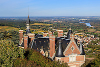 France, Cher (18), région du Berry, Sancerre, panorama depuis le sommet de la tour des Fiefs, vue sur le château de Sancerre propriété de la société Grand Marnier, Saint-Satur et la Loire // France, Cher , Sancerre, panorama from the summit of the tour des Fiefs,  Sancerre castle owned by Grand Marnier, Saint-Satur and the Loire