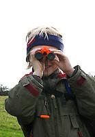 Junge, Kind beobachtet mit dem Fernglas