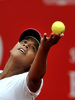BOGOTÁ - COLOMBIA - 24-02-2013: Teliana Pereira de Brasil, en acción, durante partido por la Copa de Tenis WTA Bogotá, febrero 23 de 2013. (Foto: VizzorImage / Luis Ramírez / Staff). Teliana Pereira de Brasil in action, during a match for the WTA Bogota Tennis Cup, on February 24, 2013, in Bogota, Colombia. (Photo: VizzorImage / Luis Ramirez / Staff)...............................