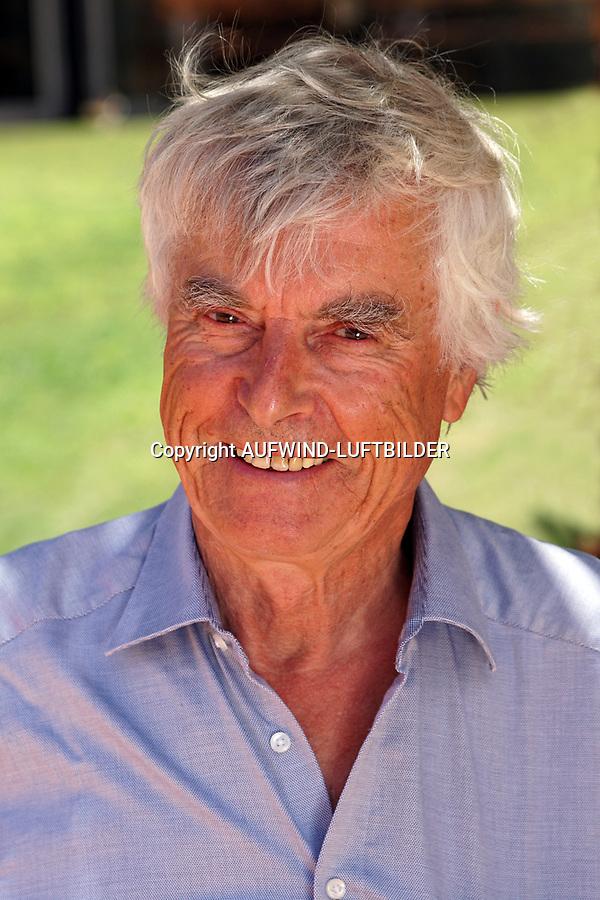 Ulf  Dietrich Merbold DEUTSCHLAND: Ulf Merbold, Ulf Dietrich Merbold (* 20. Juni 1941 in Greiz) ist ein deutscher Physiker und ehemaliger Astronaut. Er war 1983 der zweite Deutsche im All, fünf Jahre nach dem DDR-Kosmonauten Sigmund Jähn. Merbold war als einziger Deutscher dreimal im All.
