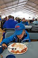 Ossian eats in the dinning hall. Photo: Magnus Fröderberg/Scouterna