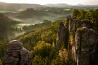 Deutschland, Freistaat Sachsen, Saechsische Schweiz, Elbsandsteingebirge, weltberuehmte Bastei,  Aussichtpunkt, Panoramablick | Germany, the Free State of Saxony, Saxon Switzerland, Elbe Sandstone Mountains, world famous Bastei, viewpoint, panorama view