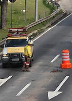 SAO PAULO, SP, 18/07/2012, BURACO M. TIETE. Um buraco interditou 2 faixas na Marg. Tiete proximo a Pte da Freguesia do O na pista central sentido Rod. Ayrton Senna na mnha de hoje 18/07. Luiz Guarnieri/ Brazil Photo Press.
